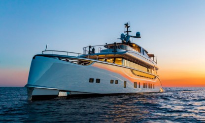 Dynamiq yacht Jetsetter and sunset