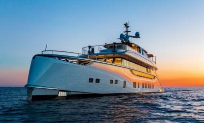 Dynamiq yacht Jetsetter and sunset